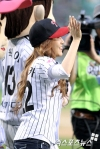 snsd jessical baseball pitch (15)