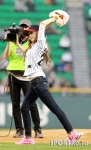 snsd jessical baseball pitch (18)