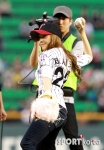 snsd jessical baseball pitch (22)