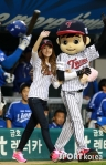 snsd jessical baseball pitch (23)
