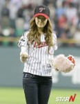 snsd jessical baseball pitch (28)
