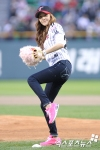 snsd jessical baseball pitch (3)