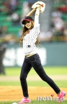 snsd jessical baseball pitch (39)