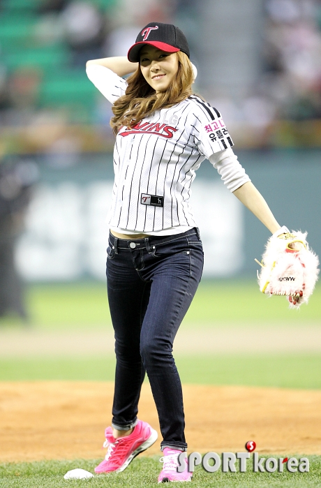snsd jessical baseball pitch (40)