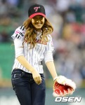 snsd jessical baseball pitch (42)